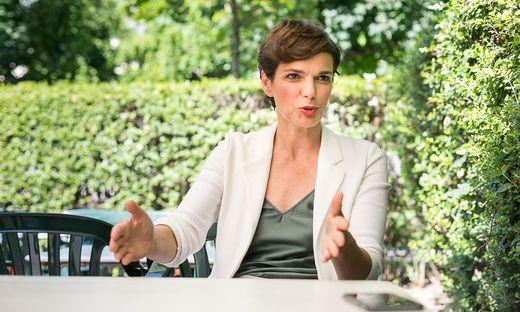 SPÖ-Chefin Pamela Rendi-Wagner beim Interview im Wiener Volksgarten.