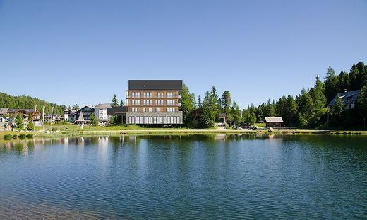 """Das """"Aparthotel"""" wird direkt an den See gebaut und regt Anrainer nicht nur mit seiner Architektur auf"""