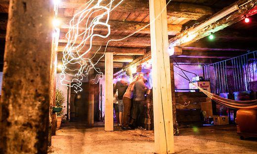 Lichtinstallationen verwandeln den Stall in einen Indoor-Floor
