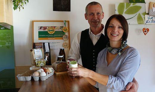 Robert und Christine Grammelhofer mit einem Teil ihrer Produkte