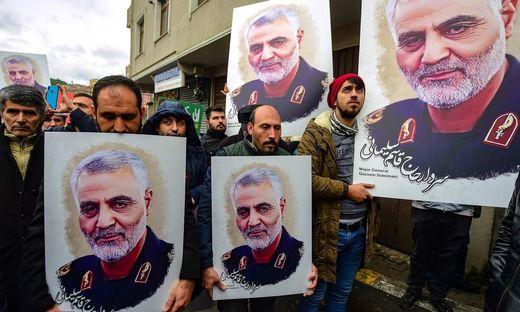 Protestierende mit dem Bildnis des verstorbenen Generals