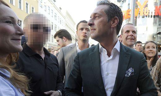 Straches Sicherheitsmann R. (links) war stets an seiner Seite.