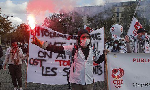 Frankreich meldete mit mehr als 30.000 Corona-Neuinfektionen innerhalb eines Tages erneut eine Höchstzahl - medizinisches Personal in Paris demonstriert für bessere Arbeitsbedingungen