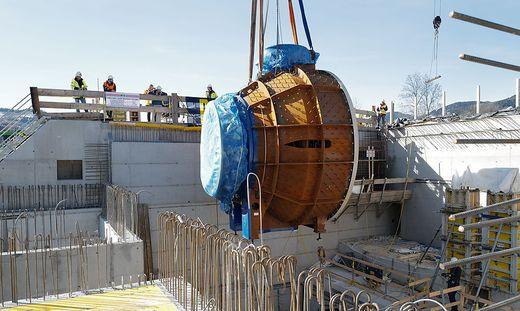 Beim Einheben der Kaplan-Turbinen machte sich auch Bürgermeister Peter Koch ein Bild vom Baufortschritt am größten Investitionsprojekt in Bruck
