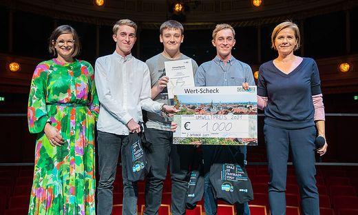 Auszeichnung für Haselmaus-Projekt: Heidi Fuchs, SOS-Kinderdorf Geschäftsleiterin Region Süd, überreichte gemeinsam mit Umweltstadträtin Judith Schwentner den Preis