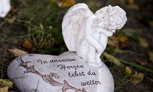 Trauer um ein sechs Monate altes Mädchen aus Tirol: Das Baby wurde am Montag bei einem Verkehrsunfall in Kärnten schwerst verletzt, jetzt erlag das Kind seinen Verletzungen (Symbolfoto)