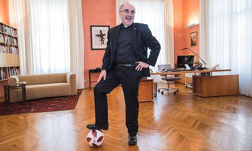 Diözesanbischof Wilhelm Krautwaschl ist ein echter Fußballfan