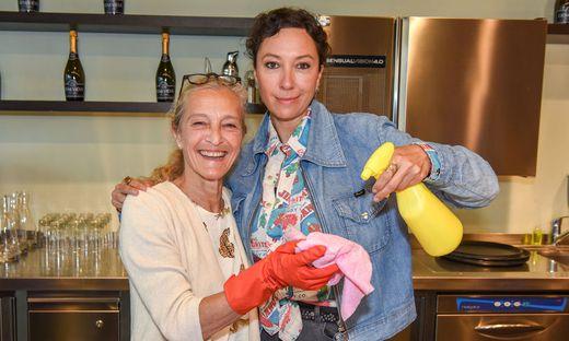 Ursula Strauss spielt die Chefin der Putzkompanie, die auch auf Tatorte stößt, hier mit ORF-Direktorin Kathrin Zechner beim Drehbesuch