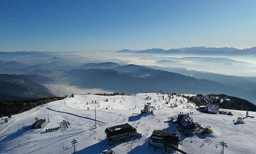 Wintersport skifahren skilaufen sonne blauer himmel  berg