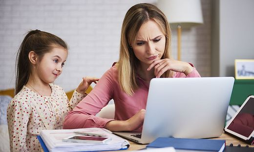 Deine Eltern müssen gerade daheim arbeiten? Überlegt gemeinsam, wann gearbeitet wird und wann es Pausen gibt