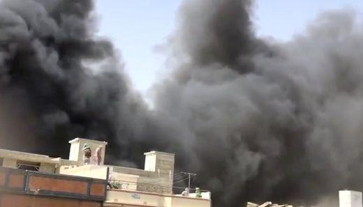 Passagierflugzeug stürzt im Süden Pakistans in Wohngebiet