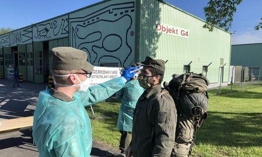 Temperaturmessen beim Einrücken der Milizsoldaten in der Kaserne Straß