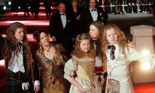 """Barby Kelly 1998 inmitten ihrer Geschwister John, Kathy, Paddy und Angelo bei der """"Goldenen Kamera"""""""