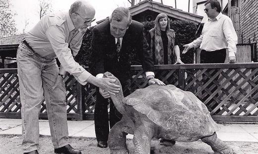 """Schildkröte Poldi mit Friedrich Happ und seinem ersten Paten, Leopold """"Poldi"""" Guggenberger"""
