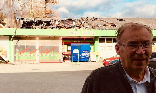 2017: Alois Siegl vor seinem abgebrannten Lebensmittelgeschäft