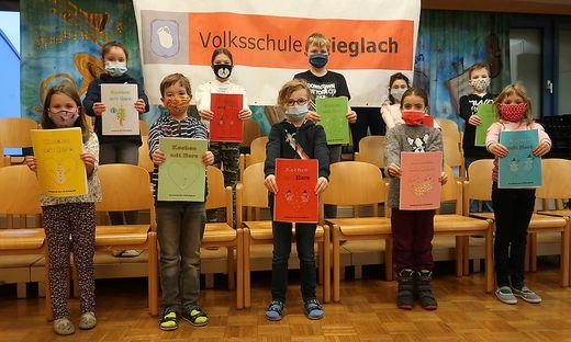 Die Schüler der Volksschule Krieglach sind stolz auf ihre fertigen Kochbücher