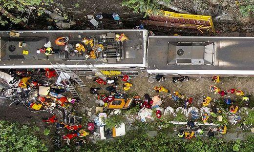 Der Zug kollidierte kurz vor der Einfahrt in den Tunnel mit einem Kranwagen und entgleiste bei der Durchfahrt