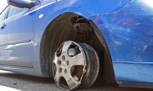 Mit diesem Auto, bei dem ein Reifen verloren ging, flüchtete der Mann.