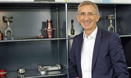 Pankl-Vorstandsvorsitzender Wolfgang Plasser mit Hightech-Produkten von Pankl