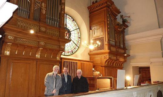 Orgelrestaurator Francesco Zanin, Organist Axel Leitner und Bürgermeister Hannes Dolleschall vor der komplett renovierten Orgel in der Stadtpfarrkirche Judenburg