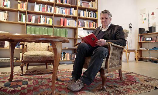 """Julius Deutschbauer mit seiner """"Bibliothek ungelesener Bücher"""""""