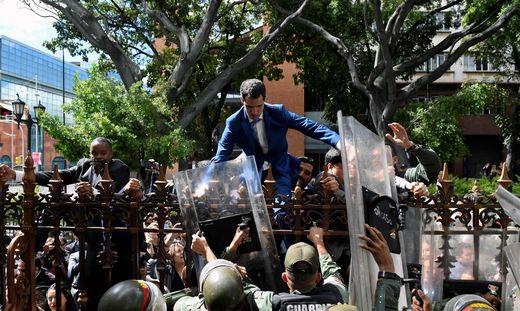 Guaidós Versuch, ins Parlamentgelände zu klettern, scheiterte