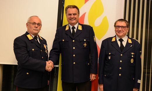 Josef Meschik gratuliert dem wieder gewählten Bezirksfeuerwehrkommandanten Helmut Blažej (links), sein Stellvertreter bleibt Werner Opetnik