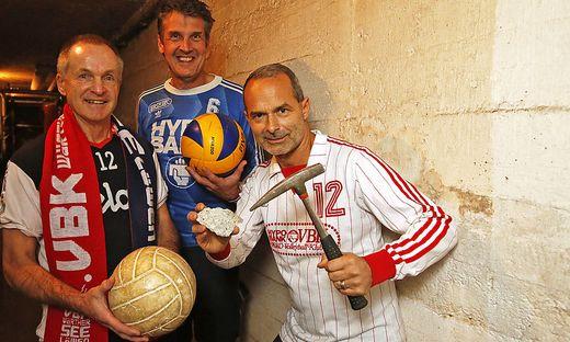 Wolfgang Schmerlaib (Mitte) und Christof Doboczky (rechts) in den Dressen von damals und mit dem Mauerstück; links Obmann Pepo Huber