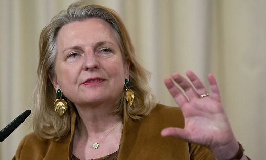 """Außenministerin Karin Kneissl: """"Menschen auch helfen, sich selber zu helfen"""""""