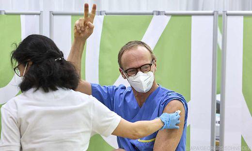 Intensivmediziner Christoph bei der Corona-Impfung