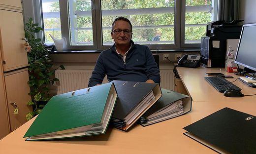 Erich Kügerl in seinem Büro. Der unglaubliche Fall füllt bislang neun Aktenordner