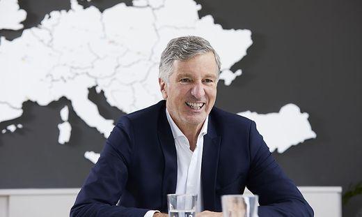 Vorstand Harald Kogler vor der Europa-Landkarte