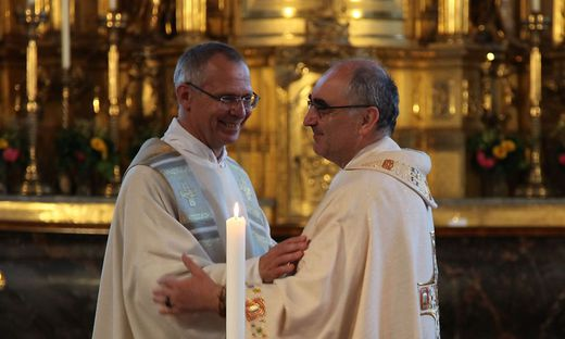 Friedensgruß zwischen Pfarrer Roger Ibounigg und Bischof Krautwaschl bei der Abendmesse am Montag