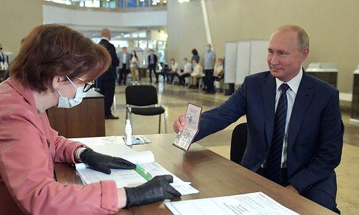 Putin beim Abstimmen: mit Pass, ohne Maske