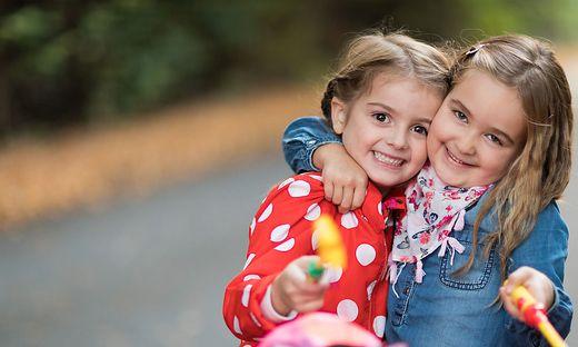Kinder mit Laterne