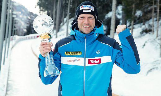 Michael Scheikl mit der Kristallkugel für den Sieg im Gesamtweltcup