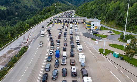 Am kommenden Wochenende werden an den Grenzübergängen zu Österreich wieder Staus erwartet. Mit einem Chaos wie am vergangenen Wochenende beim Karawankentunnel  rechnet der ÖAMTC aber nicht