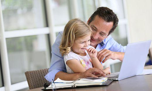 Kindererziehungszeiten werden mit einem monatlichen Wert von 1828,22 Euro für die Pension bemessen - auch bei Vätern