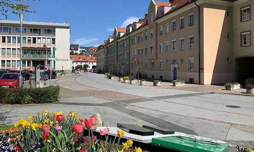 Links das Rathaus, der Häuserblock rechts soll unter anderem verkauft werden