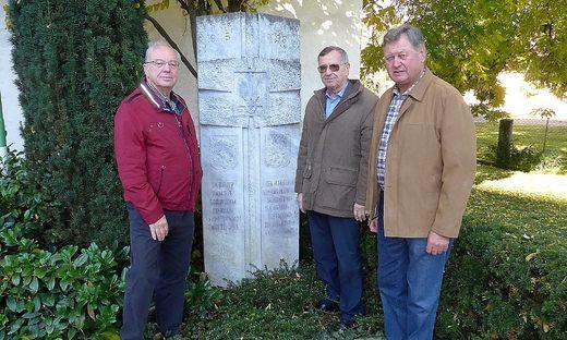 Die ÖKB-Vostandsmitglieder Karl Buchgraber, Erich Nagler und Walter Bendl (v. re) sind verärgert.