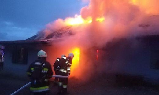 In Kirschentheuer nahe des Kreisverkehrs stand am Mittwoch ein Holzgebäude am Gelände eines Sägewerks in Vollbrand. Vier Feuerwehren löschten den Brand
