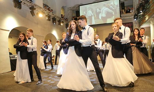 Eine atemberaubende polonaise zeigten die 25 Maturanten mit ihren Tanzpartnern