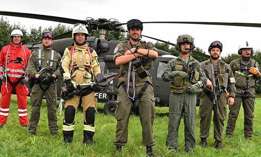 Ein Teil des ERTA-Teams vor ihrem Black Hawk