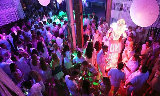 Tausende Besucher kommen jedes Jahr zu den weißen Parties