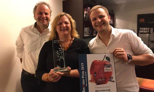 """Franz, Gudrun und Bernhard Schriebl freuen sich über den """"Süßmoster-Preis 2019"""" für Ribes"""