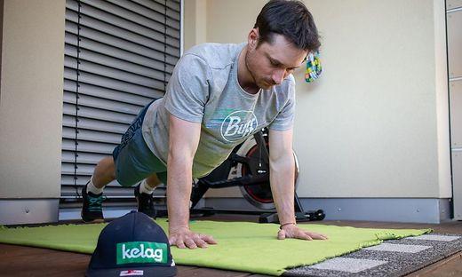 Alex Payer läd zu täglichen Fitnessübungen ein