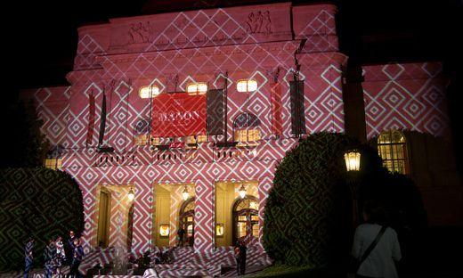 Die Oper Graz (hier beim Probelauf) und die anderen Häuser der Bühnen und Spielstätten Graz wurden in rotes Licht getaucht