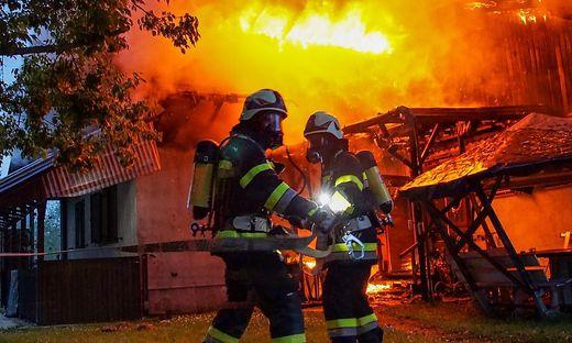 Vier Feuerwehren mit insgesamt 50 Mann kämpften gegen das Feuer.