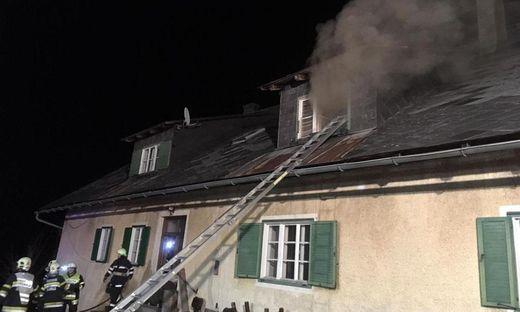 Die Einsatzkräfte der Feuerwehr konnten zwei eingeschlossene Bewohner aus dem verrauchten Haus retten