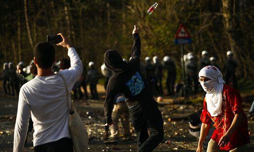 Der Mob bewarf die Polizeibeamten unter anderem mit Flaschen